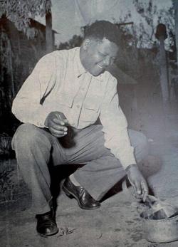 Nelson Mandela brûle son passeport intérieur, rendu obligatoire pour les hommes noirs par le régime politique de l'apartheid (1960).