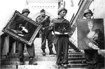 Le véritable James Rorimer dirige des soldats américains ayant retrouvé des œuvres d'art au Château de Neuschwanstein.