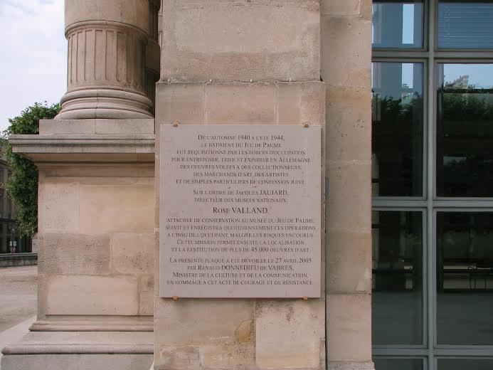Plaque commémorative sur le mur de la Galerie nationale du Jeu de Paume à Paris.